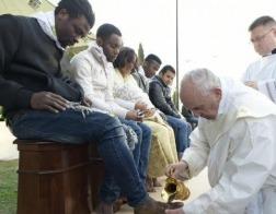 В Великий четверг Папа Римский Франциск омыл ноги двенадцати беженцам