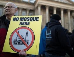 В Болтоне продолжается протест жителей города против строительства мечети