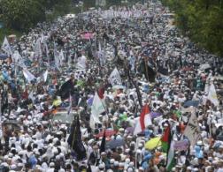 В столице Индонезии около 200 000 мусульман провели акцию протеста против христианина губернатора Джакарты