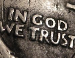Упоминание Бога на деньгах не нарушает свободы атеистов, постановил суд в США