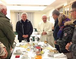 В день своего 80-летия Папа Франциск позавтракал с бездомными и совершил Мессу с кардиналами