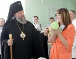 Архиепископ Брестский Иоанн благословил детей, рожденных в праздник Рождества Христова