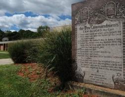 Атеисты в США выиграли суд; каменная скрижаль с библейскими заповедями будет снесена