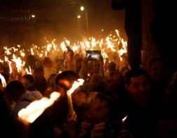 Благодатный огонь доставлен в Москву и Петербург