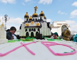 Патриарх Кирилл освятил кулич весом в 1,5 тонны