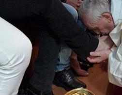 В Великий четверг Папа Франциск омыл ноги 12 осужденным римской тюрьмы