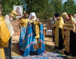 Митрополит Павел совершил закладку памятной капсулы в основание строящегося храма в честь иконы Божией Матери «Млекопитательница» в поселке Раубичи