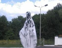 В Луцке скульптуру Девы Марии, поставленную у храма украинских раскольников, облили смолой