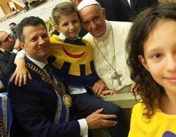 Дети мира наградили Папу Римского Франциска Орденом Улыбки