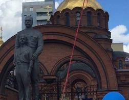 В Новосибирске освятили ранее оскверненный вандалами памятник Николаю II и цесаревичу Алексею