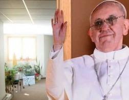 В США три старушки выкрали из католического храма картонную фигуру Папы Франциска в натуральную величину