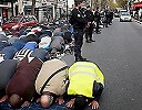 В пригороде Парижа жители протестовали против проведения мусульманами молитвы на улице