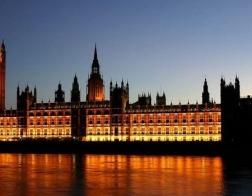 Британский парламент будет подсвечен красным светом в знак солидарности с преследуемыми христианами
