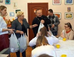 Клир и прихожане Свято-Троицкого храма в Боровлянах оказали благотворительную помощь минчанам с инвалидностью