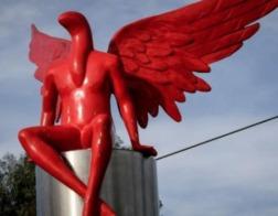 В Греции протестующие снесли статую абстрактного «хранителя»