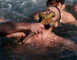 Как отмечают праздник Крещения в мире (ФОТО)