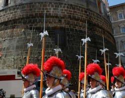 Бывший президент Ватиканского банка и его адвокат предстанут перед судом по обвинению в хищениях