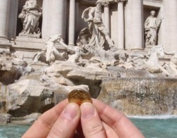 Ежегодно туристы бросают в фонтан Треви в Риме монет на сумму полтора миллиона евро, которые идут на благотворительность