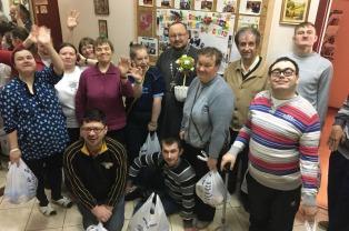 Клирики Свято-Троицкого храма в Боровлянах вручили пасхальные подарки людям с инвалидностью