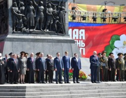 Патриарший Экзарх всея Беларуси принял участие в церемонии возложения венков к монументу Победы