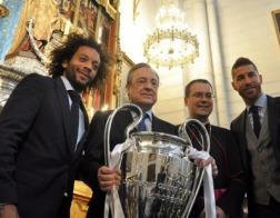 Победители Лиги чемпионов принесли выигранный кубок к подножию статуи Богородицы