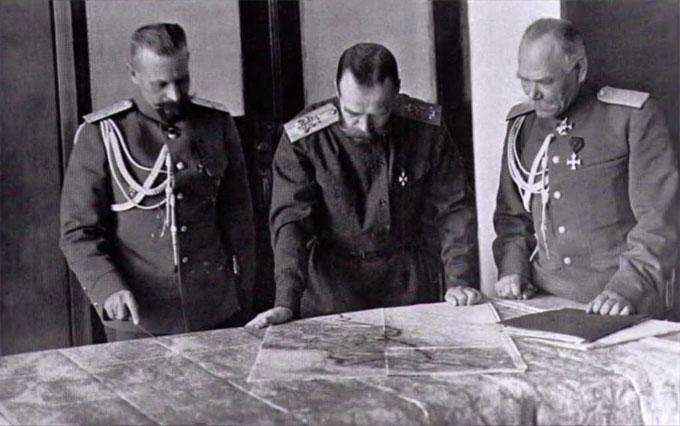 В царской Ставке. Верховный Главнокомандующий император Николай II (в центре) обсуждает план боевых действий с генералами Алексеевым (справа) и Пустовойтенко (слева).