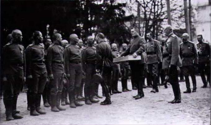 Государь христосуется с нижними чинами. Пасха 1916 года. Могилев.