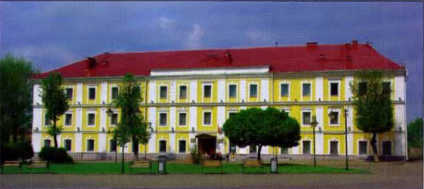 Из всех зданий, где помещались различные отделы Ставки, сохранился лишь бывший дом Окружного суда. В 1915—17 годах здесь было Управление дежурного генерала Ставки, а сейчас — краеведческий музей.